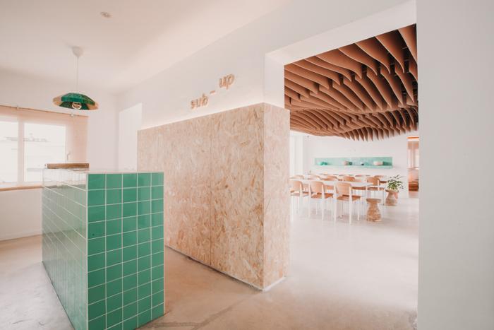 Comedor Sub Up, techo y azulejos